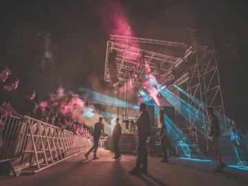 SET ELECTRO 2018 - Groupe d'hommes concertant sur scène entouré de gens. Orléans. Un groupe de personnes sur