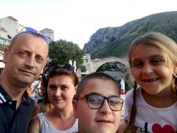 La famiglia Ciajkovskij - Ricordi di vacanza - Mostar 2019. Un gruppo di persone in posa per la fotocamera.