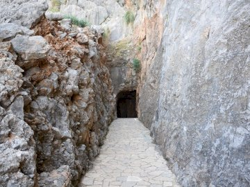 dostęp do Sa Calobra na Majorce - dostęp do Sa Calobra na Majorce. Kamienny budynek ze skalną ścianą.