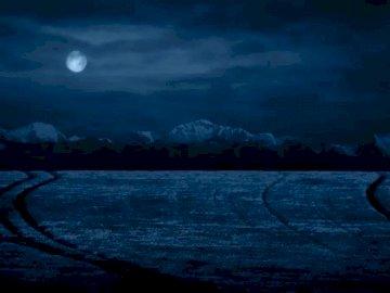 bella notte - Un bellissimo paesaggio notturno che deve essere organizzato. Un tramonto sull'acqua.