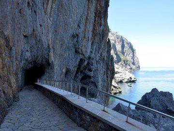 tunnel à Sa Calobra Majorque - tunnel à Sa Calobra Majorque. Un pont de pierre sur un plan d'eau.