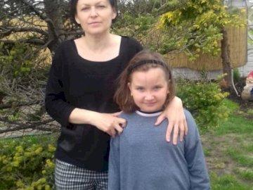 Julka und ihre Mutter - Für die Mutter am Muttertag. Ein Junge und ein Mädchen posieren für ein Bild.