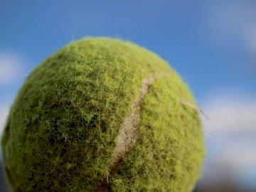 Стара тенис топка - Зелена тенис топка под синьо небе през деня. Cache Valley Юта
