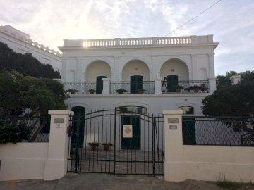 Villa Bianca - Villa Bianca In Italia .. Un grande edificio bianco.