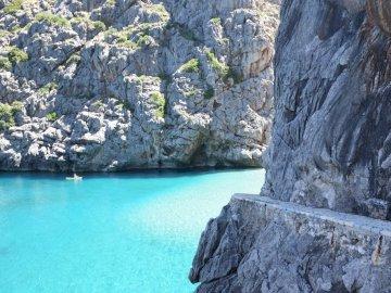 Plage de Sa Calobra Majorque - Plage de Sa Calobra Majorque. L'eau à côté du rocher.