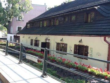 w Cieszynie - uroczy budynek w Cieszynie, Wenecja Cieszyńska. Pociąg jest zaparkowany z boku budynku.