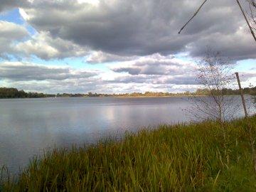 Dalekowzroczność - Foresight w Brandenburgii. Grupa chmur na niebie nad zbiornikiem wodnym.