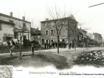 Mairie année inconnu - Reconstituez la Mairie. Une photo vintage d'un immeuble ancien.