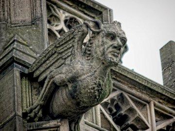 Gargulec - Gargulec strzegący katedry w Madrycie. Statua przed budynkiem.