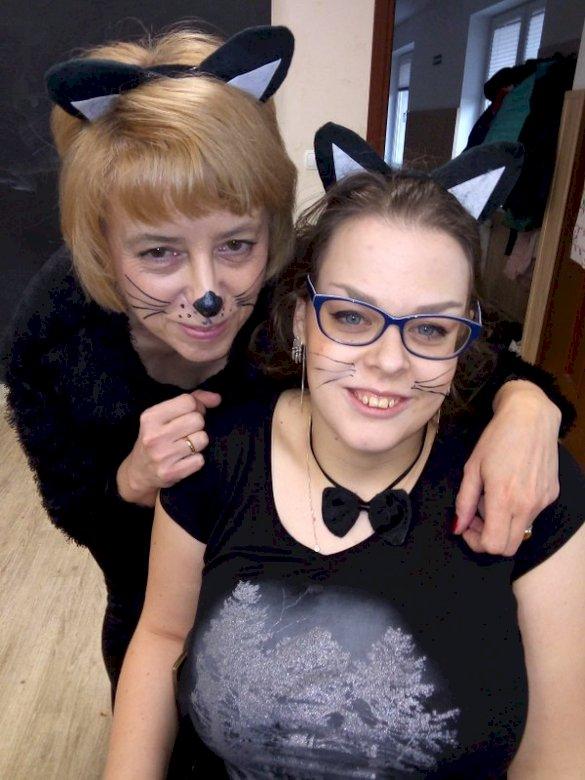 Dvě kočky - Takové kočky pouze v Ekstraklasa. Skupina lidí pózuje pro fotoaparát (8×8)