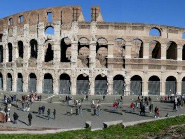 Colosseum - Ruiny Colosseum w Rzymie. Grupa ludzi stojących przed budynkiem.