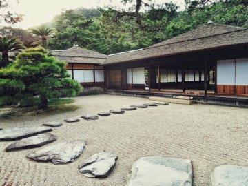 Hogar japonés - jardín, camino, casa. Una casa en una playa.