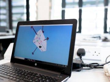 Computadora que muestra movimiento - Ordenador portátil asus negro en la mesa. Una computadora portátil abierta sentado encima de una m