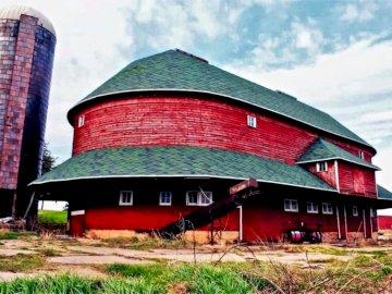 stara czerwona stodoła - ole red urodzony w 1915 roku. Czerwona stodoła z Ryan Round Barn w tle.