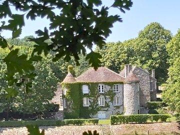 La Coudraye - Coudraye Elancourt Castle. A tree in front of a house.