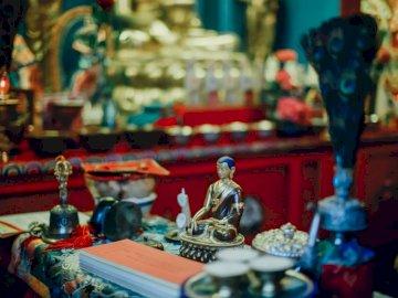 Buddhistische Statuen - Lord Shiva Figur auf dem Tisch. Deutschland.