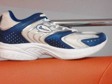 pantof sport - 1 2 3 4 5 6 7 8 9 10 11 12 13 14 15 16 17 18 19 20. O pereche de pantofi albi.