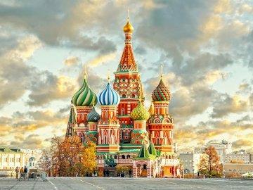 Cerkiew na placu Czerwonym w Moskwie - Cerkiew na placu Czerwonym w Moskwie. Grupa chmur przed katedrą św. Bazylego.