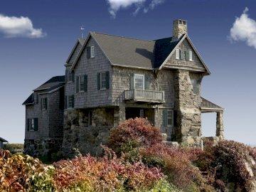 Domek na wzgórzu - Wiejski domek na wzgórzu. Zamek na szczycie ceglanego budynku.
