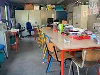 Zobrito, Ebro - zobrito gömmer sig i pusslet. Ett kök med skrivbord och stol i ett rum.