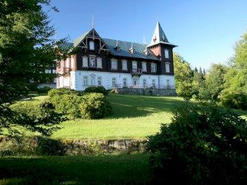 Château en Roumanie - Un beau château en Roumanie. Un château au sommet d'un champ vert luxuriant.