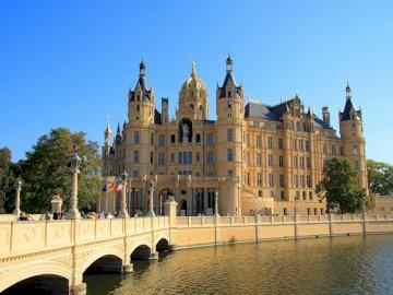 Schwerin - Alemania Schwerin Palacio. Zamek z wodą przed pałacem Schwerin.