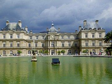 Luxemburgo París - Francia Luxemburgo París. Zamek z wodą przed budynkiem.