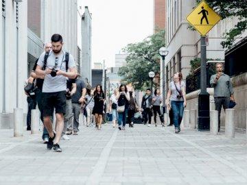 Pedoni a Toronto - Persone che camminano in passerella. Regione di Waterloo. Un gruppo di persone che camminano su un m