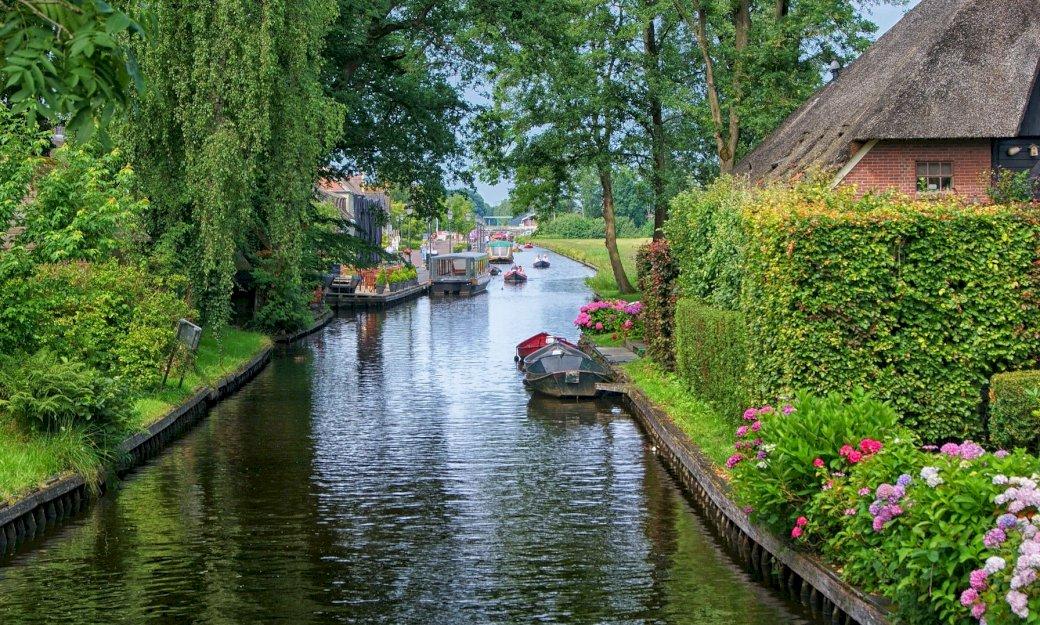 Giethoorn - woda, drzewa, kwiaty, stary dom