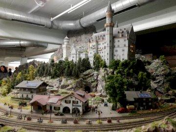 Świat w miniaturze - Muzeum kolejek w Hamburgu. Największa makieta modelarstwa kolejowego na świecie. Duży biały budy