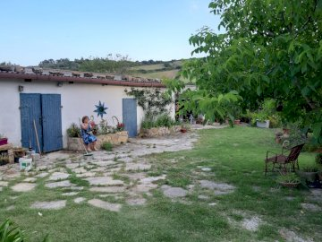 casaledivera - courtyard of the farmhouse of Vera. A group of people in a garden.