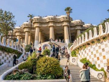 Park Gaudiego - Barcelona - kolorowe mozaiki w parku Guell