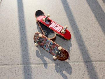 Tech Deck skateboarduri de răcire - Trei fotografii de prim plan cu un deget de culori asortate. Graz.