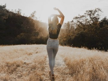Model: @zaharpanda - Cămașă pentru femei cu guler negru și blugi gri, care merg pe câmp de cărare cu iarbă maro. C
