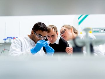 Conductores de ingenieros biomédicos - Hombre en camisa de vestir blanca con mujer en camisa negra.