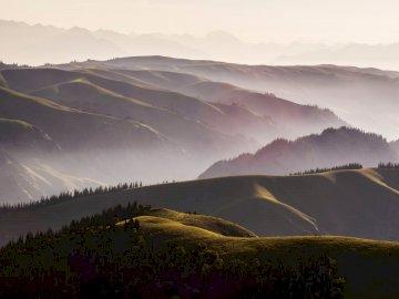 Geschäftsbild-20 - Grünes Grasfeld und Berge während des Tages. China. Ein großer Berg im Hintergrund.
