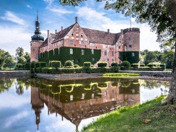 Suède - Palais - Le palais et son reflet dans l'eau ------------