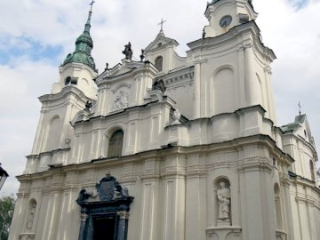 La Chiesa Anny - La Chiesa Anna a Lubartów. Una grande statua in pietra di fronte a un edificio.