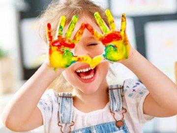 Radosne dziecko maluje - Dzień Dziecka, malowanie