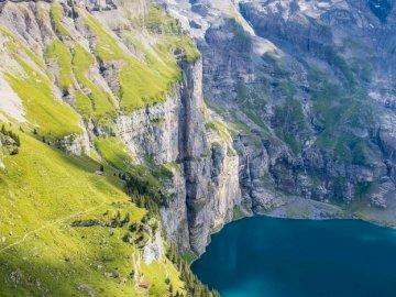 Jezioro Oeschinensee w kantonie Berno. - Szwajcaria. Jezioro w Kantonie Berno.