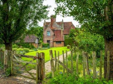 Stary Dom W Ogrodzie - Stary Dom W Ogrodzie Za Płotem