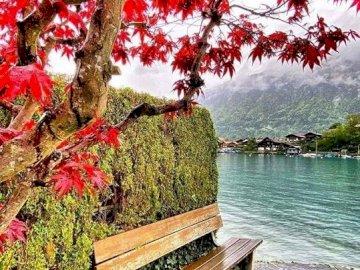 Jesień w górach. - Jesień nad górskim jeziorem.