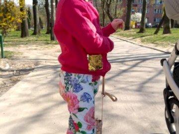 malkson2020 - siorka moja mała na spacerku pod blokiem