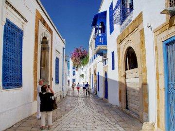 Wakacje w Tunezji - białe dom i niebieskie okna i drzwi