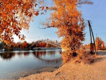 Rzeka na Ukrainie - jesienny krajobraz- rzeka,most,park