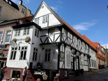Flensburg - urocze domy w portowym mieście,  w pobliżu granicy z Danią