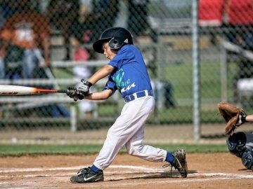 Jucător de baseball al Ligii Mici - Băiatul care joacă baseball. Vernon, Columbia Britanică