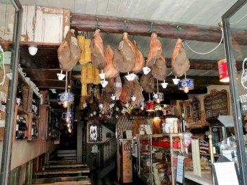 Jambon italien - Une boutique à Vérone et un grand jambon italien