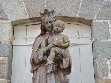 Guds mor - Mary med baby - skulptur på gatan.