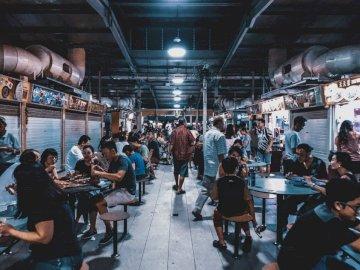 gemenskap - Grupp människor som sitter framför tabeller. Singapore